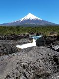 Krajobraz z górą, wodą i skałami, zdjęcia royalty free