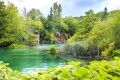 Krajobraz z gór zielonymi drzewami i niebieskie niebo wodą Plitvic Obrazy Stock