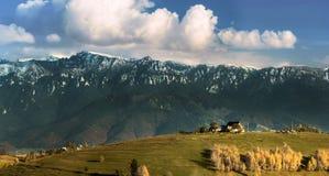 Krajobraz z górami i wioską Zdjęcie Royalty Free