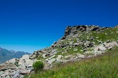 Krajobraz z Głębokim niebieskim niebem i górą Fotografia Royalty Free