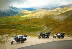 Krajobraz z halny drogowym i trzy motocyklami Obrazy Royalty Free