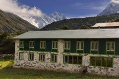 Krajobraz z Himalajskimi górami w tle na sposobie Everest podstawowy obóz, fotografia stock