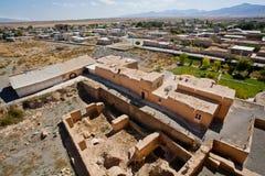 Krajobraz z irańskim miasteczkiem i ruiny wokoło antycznego meczetu Zdjęcia Royalty Free