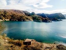 Krajobraz z jeziorem, górami i jasnym niebem w Mendoza, Argentyna obrazy royalty free