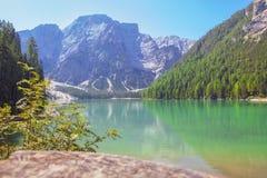 Krajobraz z jeziorem i górami obrazy stock