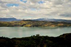 Krajobraz z jeziorem i górami Zdjęcia Royalty Free