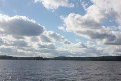 Krajobraz z jeziorem i niebieskim niebem Fotografia Royalty Free