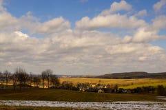 Krajobraz z lasem, śniegiem, łąkami w wiośnie i dramatem, zdjęcia stock