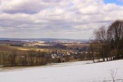 Krajobraz z lasem, śniegiem, łąkami w wiośnie i dramatem, Obrazy Royalty Free