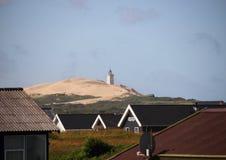 Krajobraz z lato domami i latarnia morska na Sanddune Obraz Stock