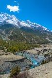 Krajobraz z małym mostem nad halną rzeką, Nepal zdjęcia royalty free