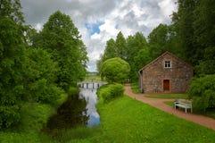 Krajobraz z małym drewnianym mostem Zdjęcia Stock