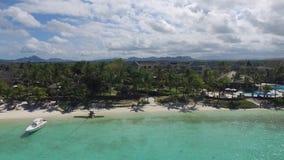 Krajobraz z oceanem indyjskim i nadmorski w belle klaczu, Mauritius Plażowy piasek i linia brzegowa zbiory wideo