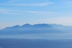 Krajobraz z odległymi górami Obrazy Royalty Free