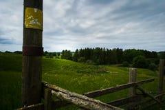 Krajobraz z ogrodzeniem w przedpolu Zdjęcie Royalty Free