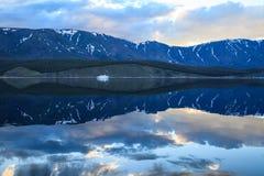 Krajobraz z pięknymi odbiciami w wodzie i statku blisko zdjęcie royalty free