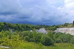 Krajobraz z piaskowatymi falezami i pięknym niebem Cretaceous łup obraz stock