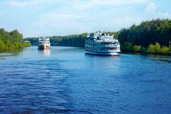 Krajobraz z rejsów pasażerskimi statkami na kanale Moskwa wewnątrz Obraz Royalty Free
