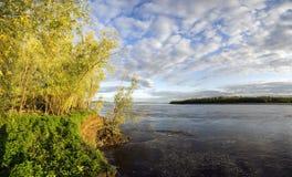 Krajobraz z rzeką i chmurami obrazy royalty free