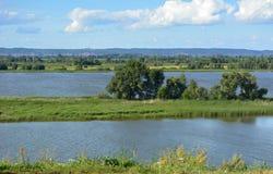 Krajobraz z rzeką Piękna Rosyjska natura Zielone łąki i lasy obraz royalty free