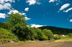 Krajobraz z rzeką, górami i niebieskim niebem, Obraz Royalty Free