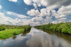 Krajobraz z rzeką i niebo z chmurami Zdjęcie Stock