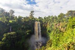 Krajobraz z siklawą otaczającą greenery Thompson siklawa Kenja, Afryka Fotografia Royalty Free