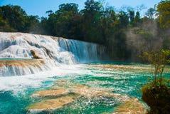 Krajobraz z siklawy bajecznie Agua Azul, Chiapas, Palenque, Meksyk Zadziwiający zjawisko natura Obraz Royalty Free