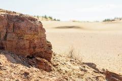 Krajobraz z skałą i piasek w pustyni zdjęcia stock