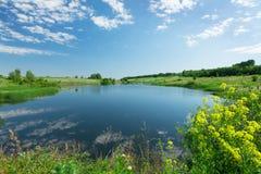 Krajobraz z stawem i wzgórzami Fotografia Royalty Free