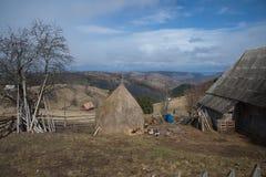 Krajobraz z tęczą i haystack przy Marisel górską wioską Obrazy Royalty Free