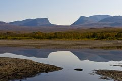 Krajobraz z Tornetrask jeziorem i kształtującym dolinnym Lapporten, Nie zdjęcie stock