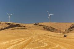 Krajobraz z wiatrowymi generatorami zniekształcającymi gorącym powietrzem. Południowy Australia. Obrazy Stock