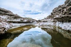 Krajobraz z wodą i skałami obrazy royalty free