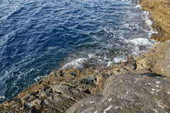 Krajobraz z wodą i skały w Thassos wyspie, Grecja, obok naturalnego basenu dzwoniącego Giola Fotografia Stock