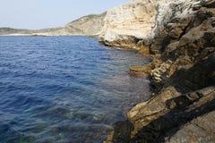 Krajobraz z wodą i skały w Thassos wyspie, Grecja, obok naturalnego basenu dzwoniącego Giola Zdjęcia Royalty Free