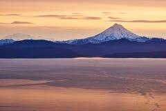 Krajobraz z wulkanem przy zmierzchem dzień Obrazy Stock