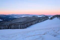 Krajobraz z wysokimi górami zakrywać z śniegiem Ciekawić marznącą teksturę Piękny zimy sunriset Zdjęcia Stock