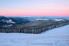 Krajobraz z wysokimi górami zakrywać z śniegiem Ciekawić marznącą teksturę wschód słońca piękna zima Obraz Royalty Free