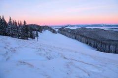 Krajobraz z wysokimi górami zakrywać z śniegiem Ciekawić marznącą teksturę wschód słońca piękna zima Fotografia Royalty Free
