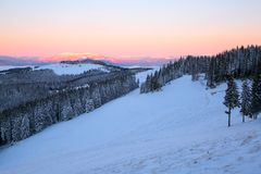 Krajobraz z wysokimi górami zakrywać z śniegiem Ciekawić marznącą teksturę wschód słońca piękna zima Zdjęcie Royalty Free