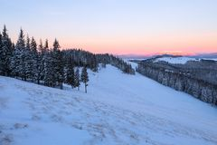 Krajobraz z wysokimi górami zakrywać z śniegiem Ciekawić marznącą teksturę wschód słońca piękna zima Zdjęcie Stock