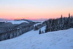 Krajobraz z wysokimi górami zakrywać z śniegiem Ciekawić marznącą teksturę wschód słońca piękna zima Obrazy Royalty Free