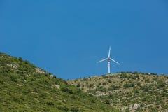 Krajobraz z wzgórzami i silnikami wiatrowymi obraz royalty free