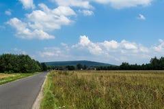Krajobraz z wzgórzem na którym są silniki wiatrowi obraz stock