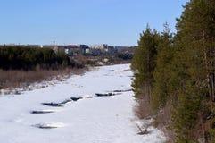 Krajobraz z zamarzniętą rzeką obraz stock
