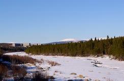 Krajobraz z zamarzniętą rzeką obraz royalty free