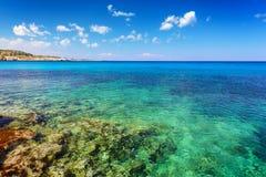 Krajobraz z zielonym morzem i niebieskim niebem zdjęcia stock