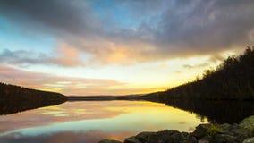 Krajobraz z zmierzchem nad lasowym jeziorem zbiory wideo