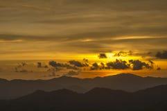 Krajobraz z zmierzchem przy seashore nad pasmem górskim Obraz Royalty Free
